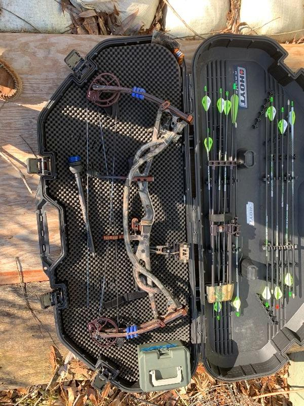 HOYT Carbon Element Bow with Case.  Full Package